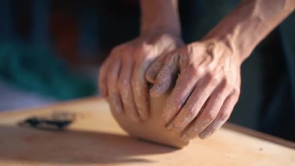 Töpferei und Keramik. Bildhauer ist pugging und Kneten von Lehm auf Tisch