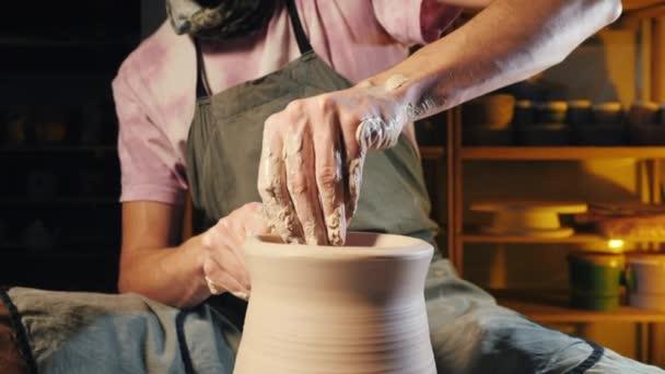 Umělec pracuje rukama, které jemně vytváření správně tvarované ručně vyrobené z hlíny. Tradiční keramické tvorby, učitel ukazuje základy keramiky v ateliéru
