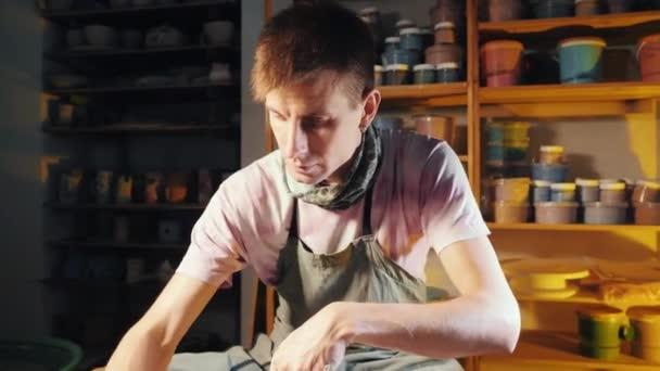 Junge hübscher Künstler betreibt Hände, welche sanft erstellen richtig handgefertigt aus Ton geformt. Traditionelle Keramik machen, Lehrer zeigt die Grundlagen der Keramik im Kunstatelier