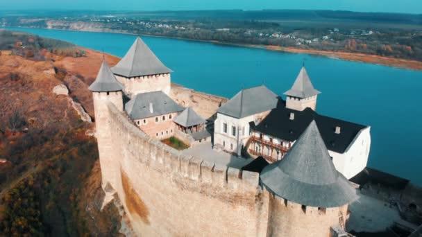 Vista panoramica aerea di vecchio castello di Hotin vicino fiume. Fortezza di Khotyn - castello medievale sulle colline di autunno gialle. Ucraina, Europa dellest. Architettura del Medioevo nel nostro tempo