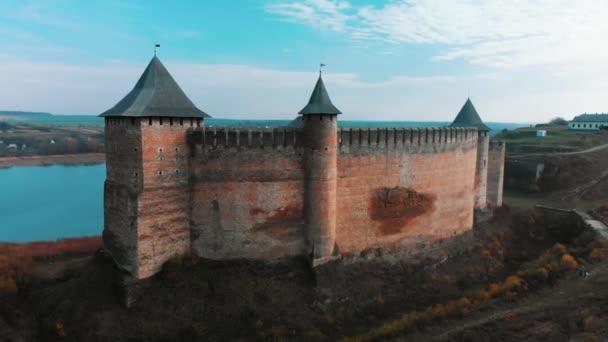 Légi panoráma nyílik a régi Hotin vára a folyó közelében. Chocimi erőd - középkori vár, a sárga-őszi hegyekben. Ukrajna, Kelet-Európában. Építészet, a középkorban a mi korunkban.
