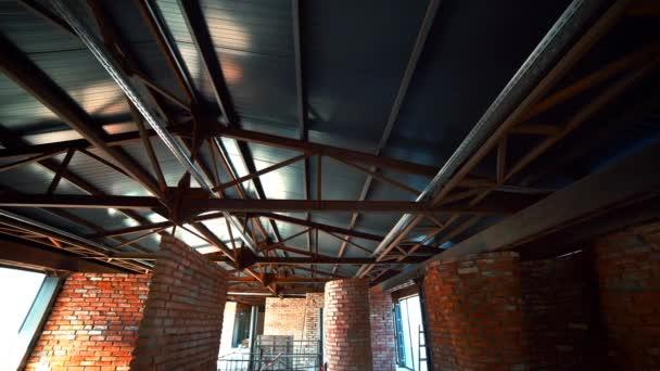 Kamera se pohybuje podél staveniště moderní loft s ocelovým nosníkům a zdi z červených cihel. Koncept kreativní stavebních prací.
