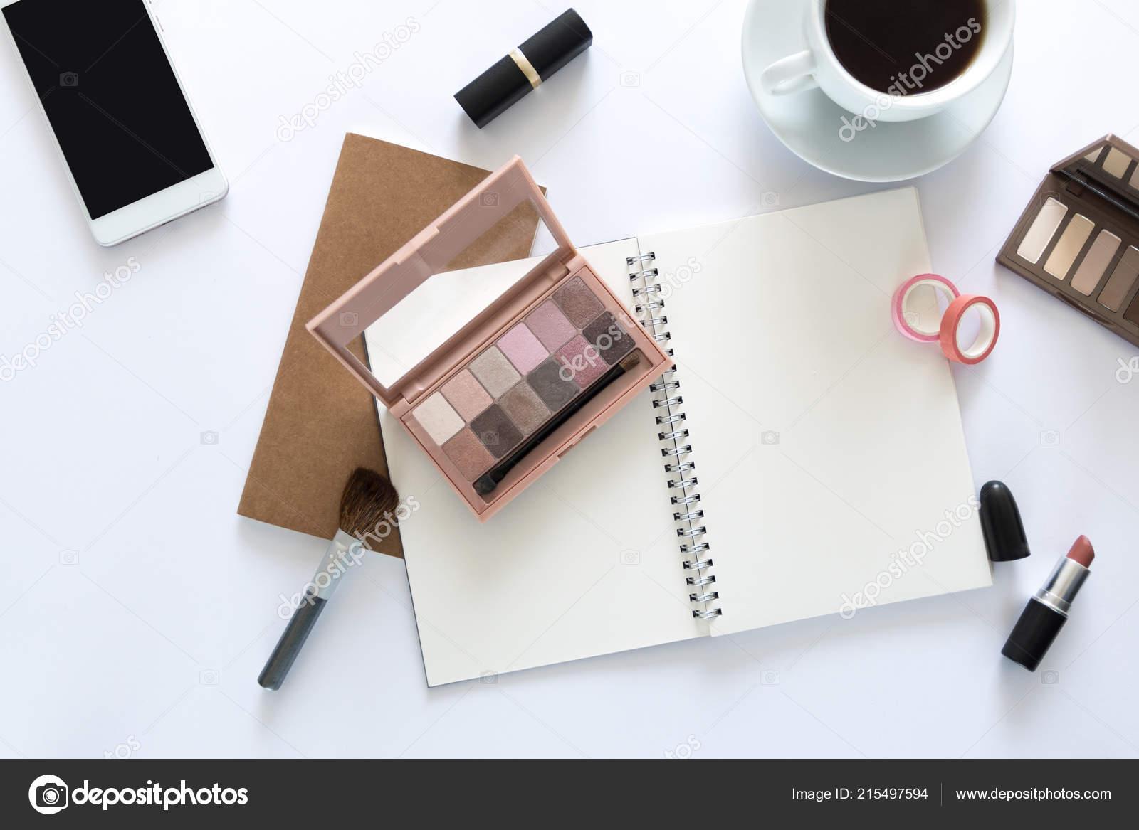 Vue dessus sur bureau avec ordinateur portable beauté maquillage