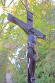 Fotografie Foto in der deutschen Stadt Straubing. Das Foto zeigt einen Teil des alten Symbols des christlichen Glaubens - den gekreuzigten Jesus Christus. Die Figur wird geformt aus Metall und ist sehr alt
