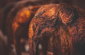 Fotografia Foto di stile vintage di Grunge di un poco di elefanti in legno con disegni artisticamente intagliate, souveni tradizionali asiatici e africani