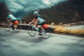 Zpomalený pohyb fotografie dvou sportovců, jízdu na kolech, jízda na kole mistrovství ČR v alpských hor, aktivní sportovní životní styl
