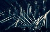 Rockový koncert, mnoho lidí baví na noční hudební perfermance, slaví Nový rok, čas na párty, mládež těší hudební festival