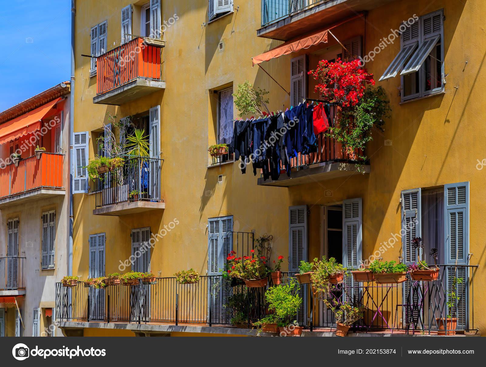 Blick Auf Traditionelle Mediterrane Hauser Mit Blumen Und Wasche