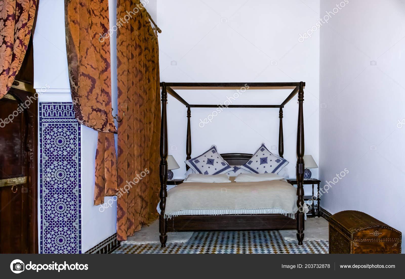 Camere Da Letto Marocco : Camera letto tradizionale marocchina con letto baldacchino mosaico