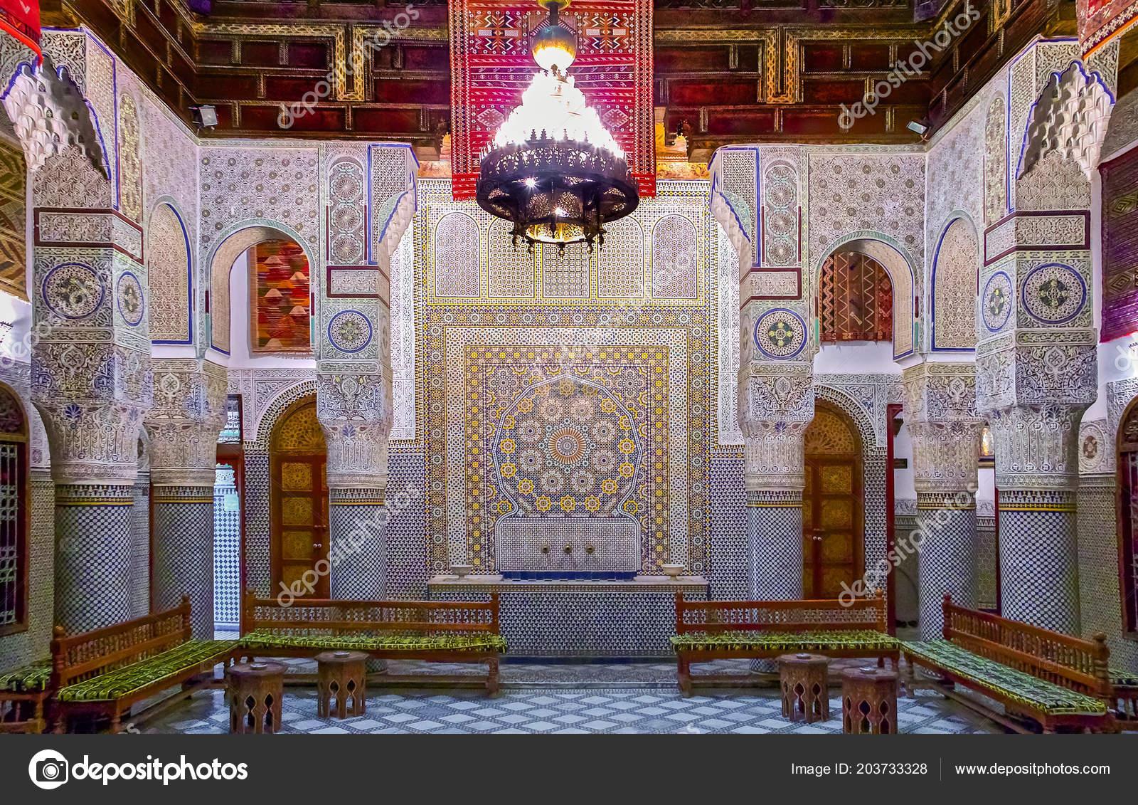 Fes marocco maggio 2013 cortile decorato con mosaico ornato sculture