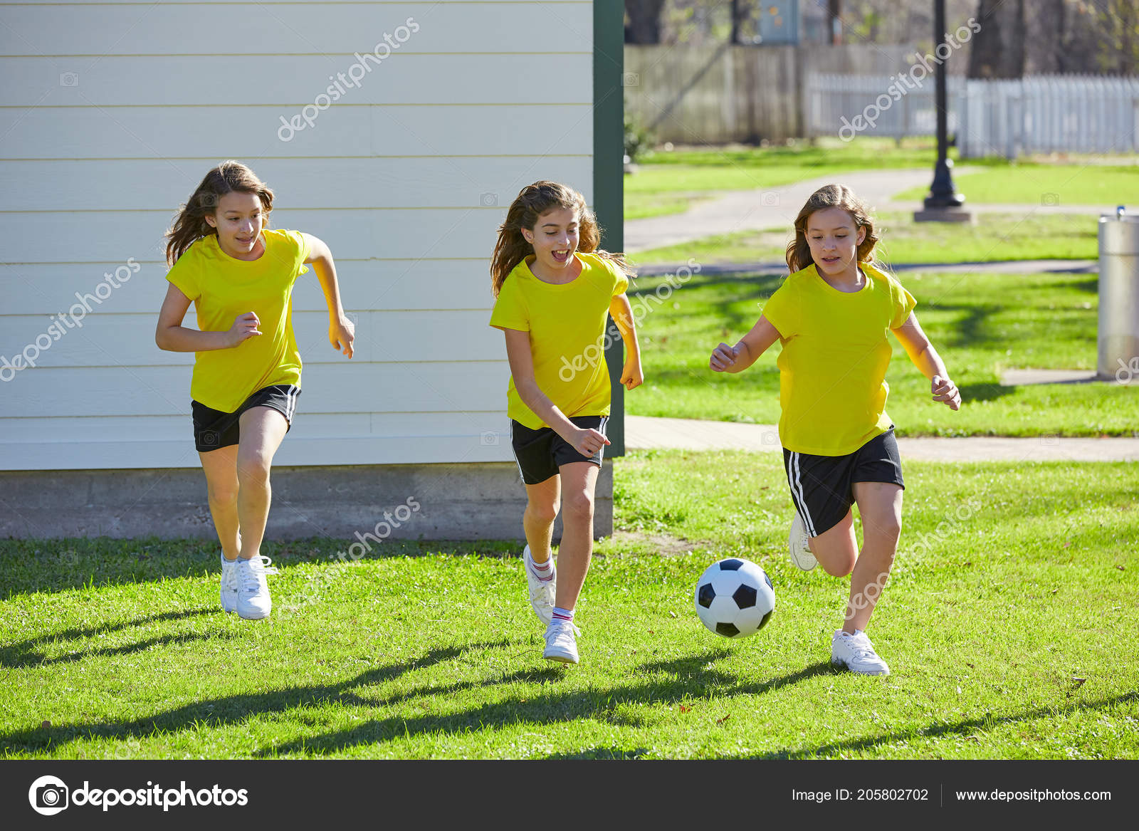 Adolescentes Niñas Amigo Jugando Fútbol Césped Parque