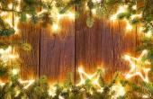 Vánoční svítící hvězdy a jedle na vinobraní dřevěné pozadí kopírovat prostor