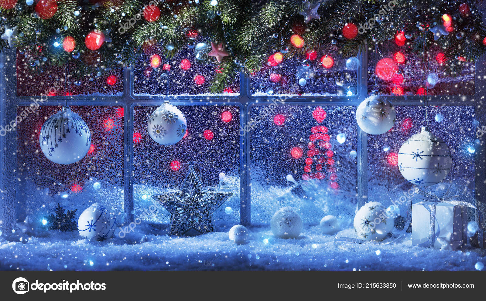 Décoration Noël Avec Des Branches Sapin Boules Fenêtre Enneigée