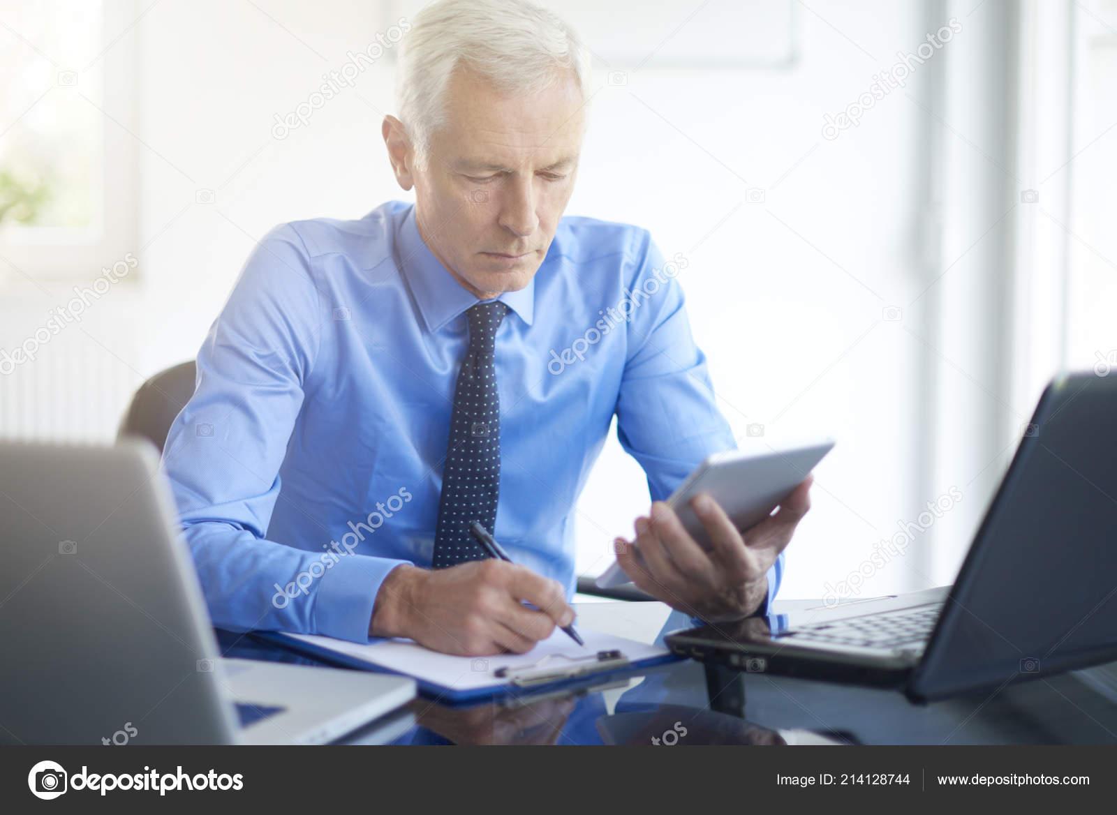 Vue adulte homme affaires aide gadgets bureau moderne u2014 photographie
