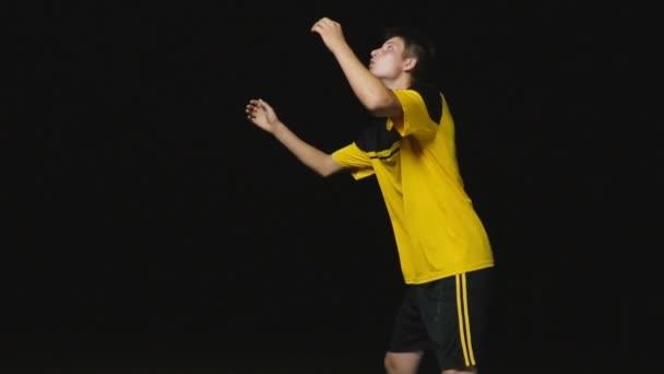 fotbalista chytí míč