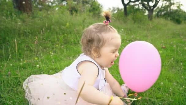 Kleines Mädchen spielt mit einem Luftballon