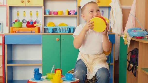 malý chlapec hraje, co je vaření