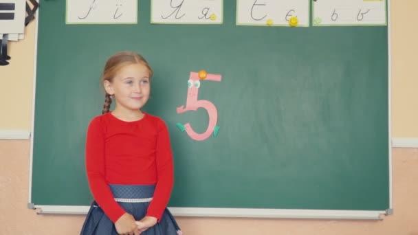 a lány ott áll a tábla közelében