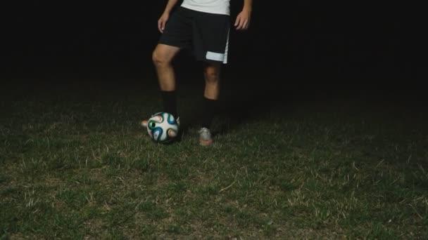 fouká na míč na fotbalovém hřišti