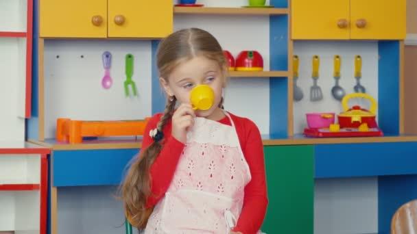 a kislány teázás