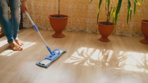 čištění podlahu mopem