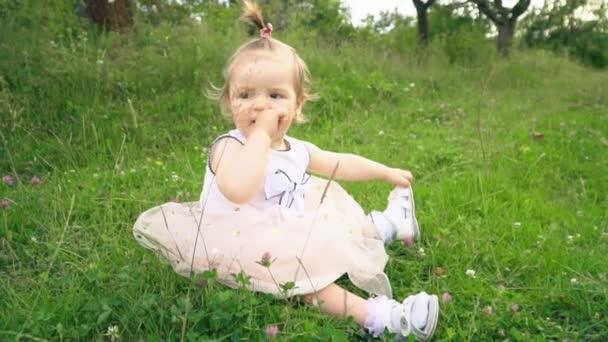 kleines Mädchen in der Natur