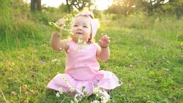 kleines Mädchen im rosa Kleid