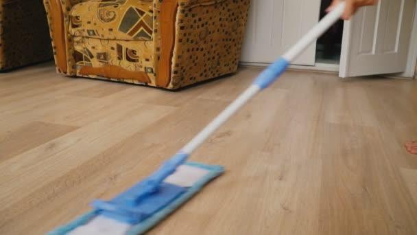 Čištění podlahy mopem