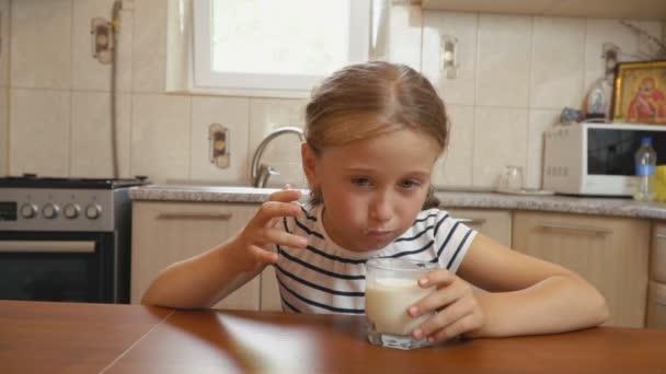 malá holčička nápoje jogurt