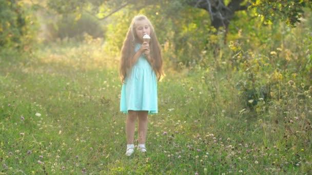 A lány jégkrémet eszik.