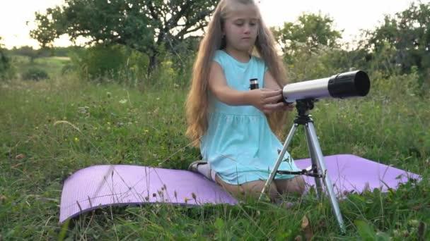 kis lány keres egy távcső
