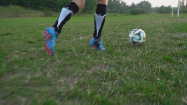 Kick hráče fotbalový míč do branky