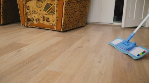 Den Boden mit einem Wischmopp reinigen