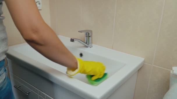 lány mosás mosás medence mosdó