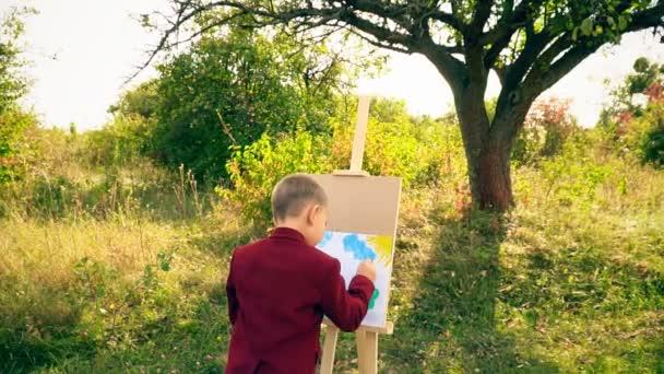 Little boy disegna sulla natura