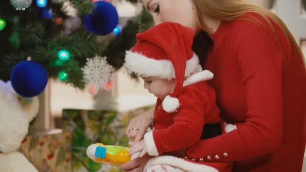matka s dítětem u vánočního stromu