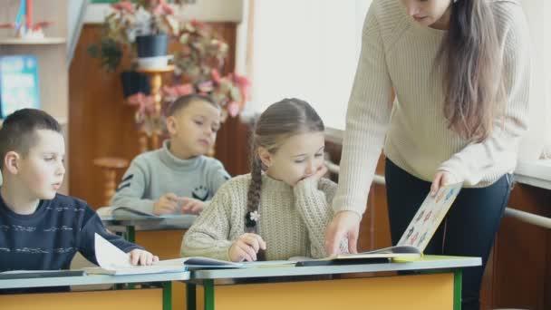 Lehrer mit Schülern in der Klasse
