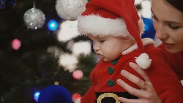 kleines Mädchen mit Mama als Weihnachtsmann verkleidet