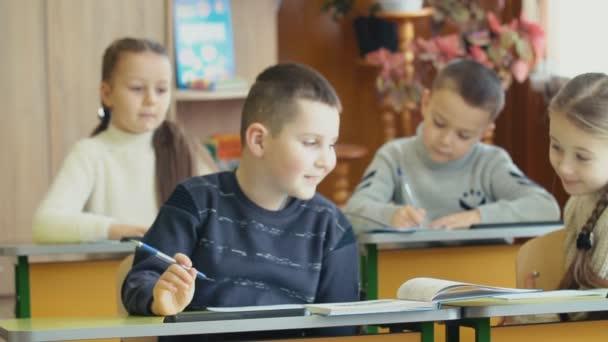 Děti psát sedící u stolu