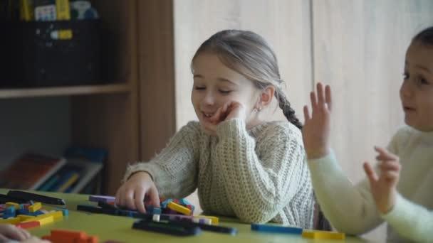 holky hrají s konstruktor