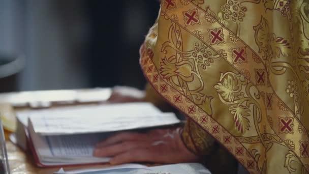 pap, egy könyvet olvas