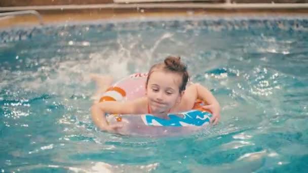 holčička plave v bazénu