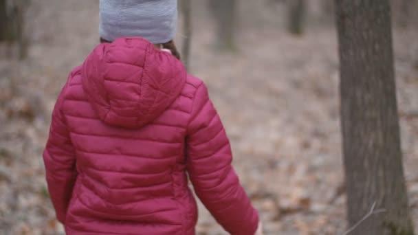 dívka sbírá sněhové kapky