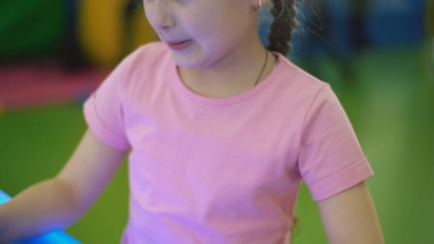 dívka si hraje desková hra