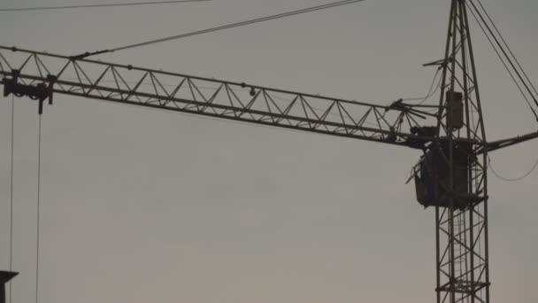 Kranarbeiten auf einer Baustelle