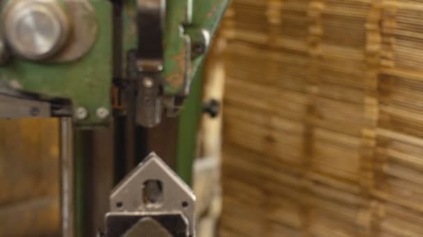 nastřelování desek na stroji pro výrobu dřevěných beden