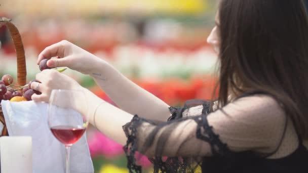 dívka chce jíst hrozny