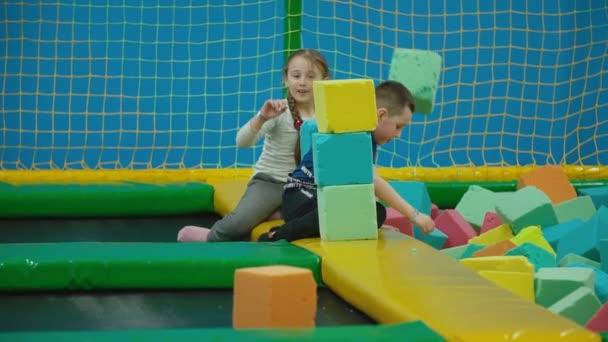 děti hrají s měkkými krychlemi