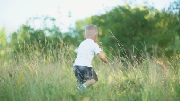 Junge rennt über den Rasen