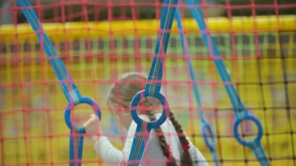 lány játszik a gyerekszobába